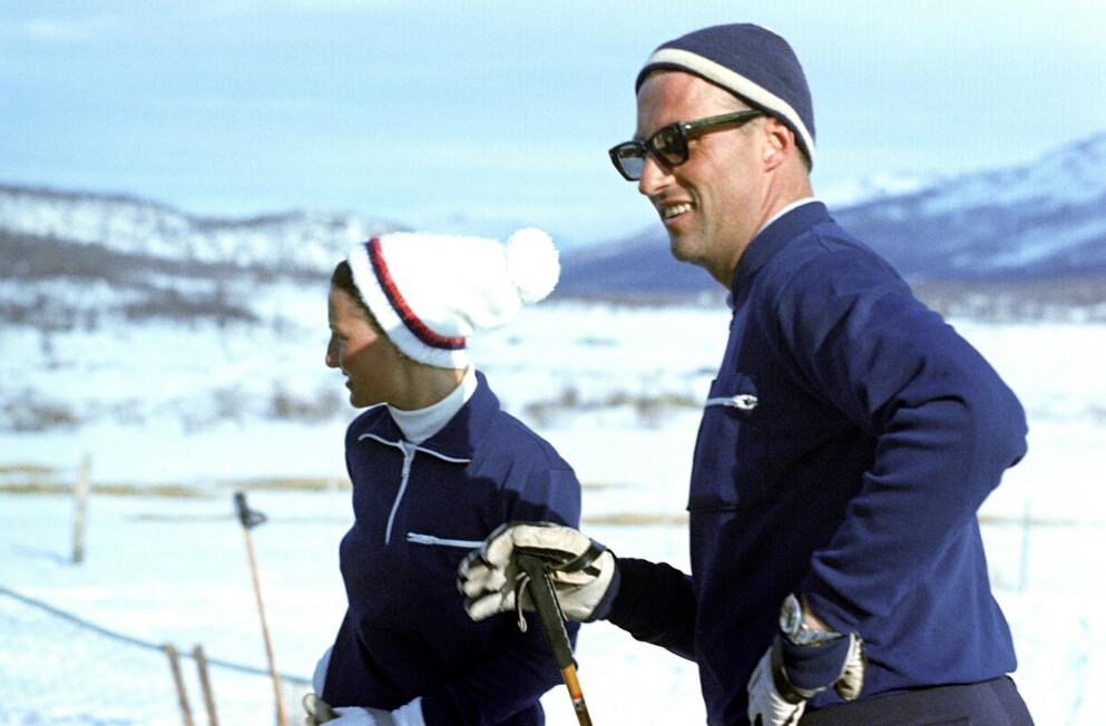 DEN GANG DA: Sonja og kronprins Harald fotografert på ski utenfor Prinsehytta i Sikkilsdalen samme år som de giftet seg. Foto: NTB