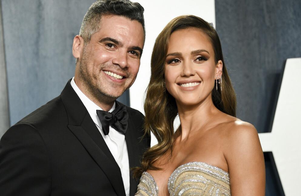 LYKKELIG GIFT: Her er Jessica Alba sammen med ektemannen Cash Warren under Vanity Fairs Oscar Party i februar i fjor. Foto: Evan Agostini/Invision/AP/NTB