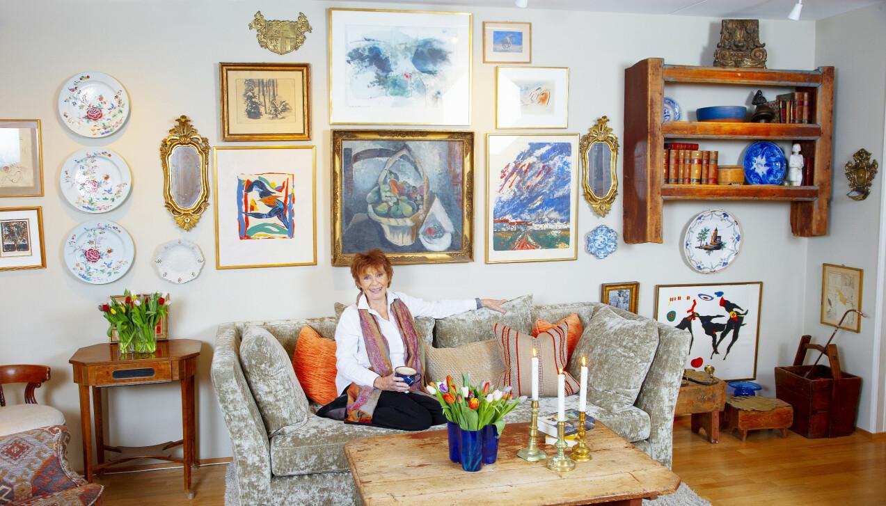 GODE MINNER: Sofaen er ny, men alt det andre er tatt med fra leiligheten på Frogner og huset i Asker. - Det har vært viktig for meg å bevare sjelen i hjemmet mitt, sier den populære skuespilleren Kari Simonsen. FOTO: Tor Kvello