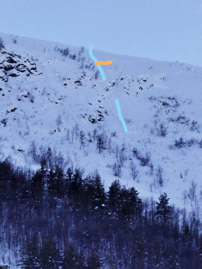 SKJEDDE HER: Eirik satte utfor helt øverst på fjellet ved Lemonsjøen i Vågå. Da han passerte området der den oransje streken er, utløste han raset og ble kastet nedover til området ved den nederste blå streken. Foto: Privat