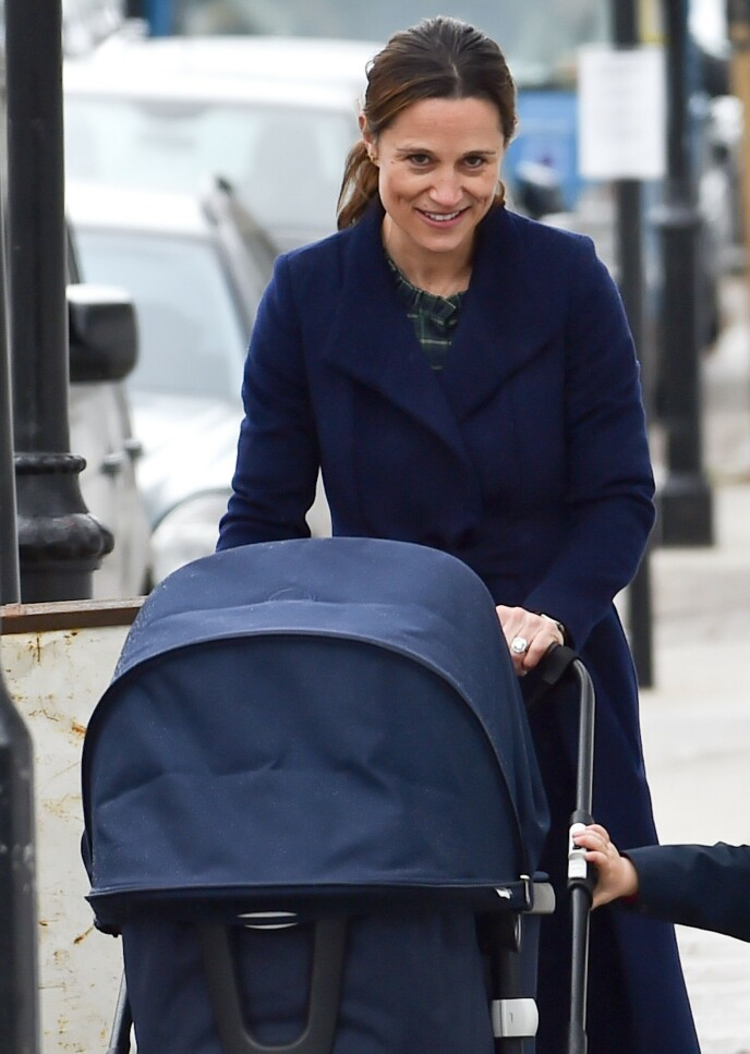 PÅ LUFTETUR: Pippa Middleton virket å være i godt humør ute på trilletur. Foto: Neil Warner / MEGA / NTB