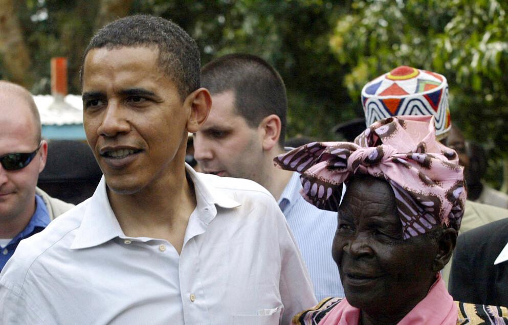 GÅTT BORT: Barack Obamas bestemor er død, 99 år gammel. Her er de sammen i 2006. Foto: Simon Maina / AFP / NTB