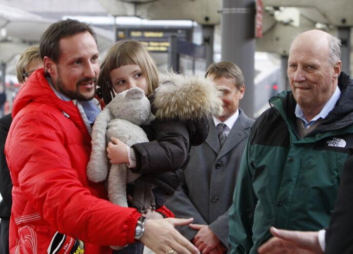 TIL FJELLS: Kronprins Haakon med prinsesse Ingrid Alexandra armen på Oslo S i 2009 - på vei til påskeferie i Sikkilsdalen. Til høyre kong Harald. Foto: Knut Falch / NTB
