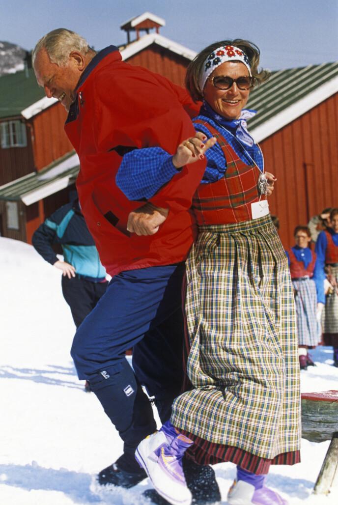 DEN GANG DA: Dronning Sonja sammen med Erling Lorentzen, prinsesse Ragnhilds ektemann, i Sikkilsdalen påsken 1993. Foto: Lise Åserud / NTB