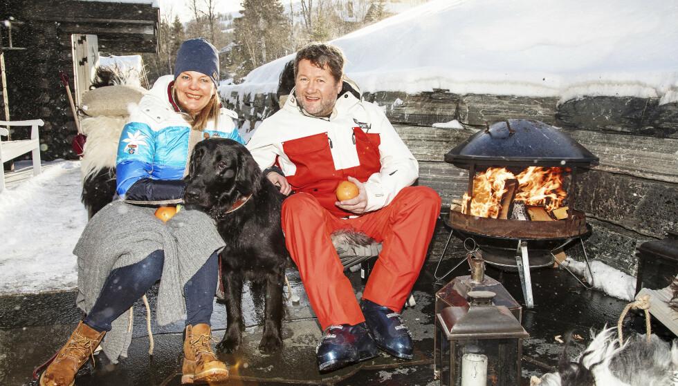 FYRER OPP: Appelsin og kos i hytteveggen er perfekt for Bjarne, kona Lise og hunden Nero. Her er de da Se og Hør besøkte dem i 2017. FOTO: Morten Eik