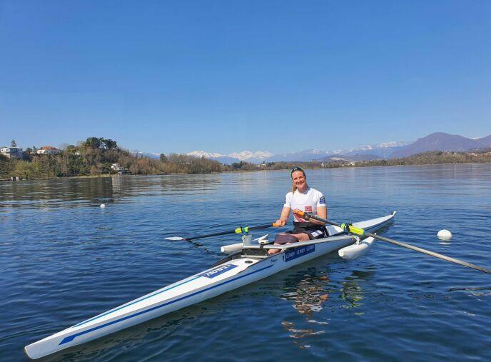 I NATUREN: Birgit forteller at det er noe helt annet treningsmessig å kunne ro på vannet under oppholdet i Italia - mange mil unna romkamerat Helene. foto: Privat