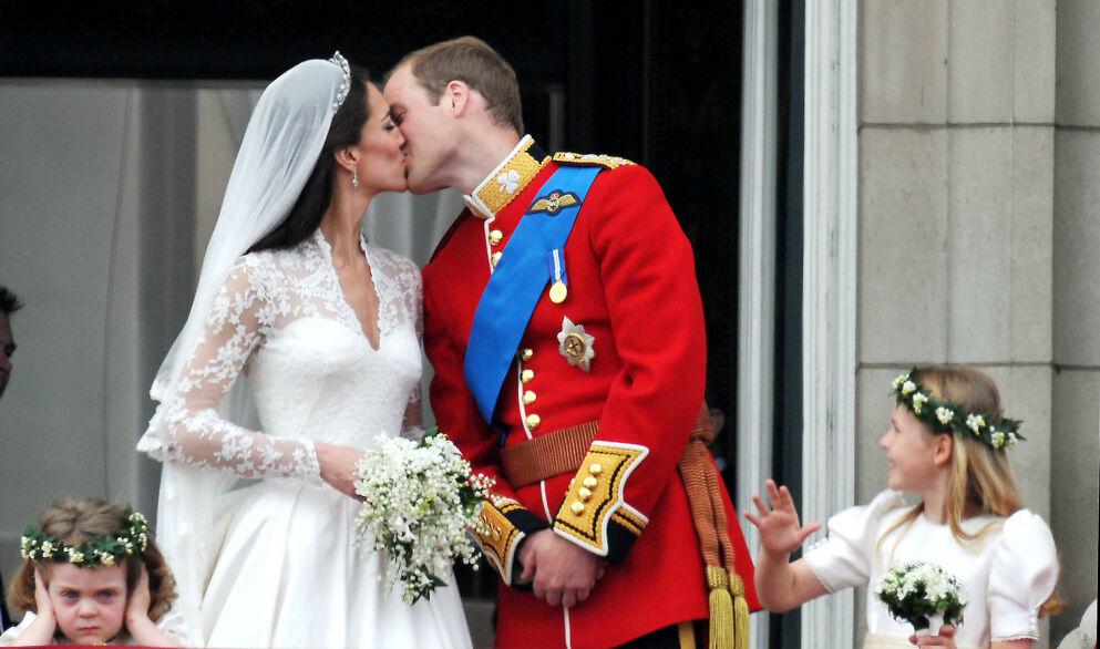 TITT-TEI: Fire år gamle Grace van Cutsem (til venstre) stjal mange overskrifter etter William og Kates bryllup i 2011. Foto: Alan Davidson / REX / NTB