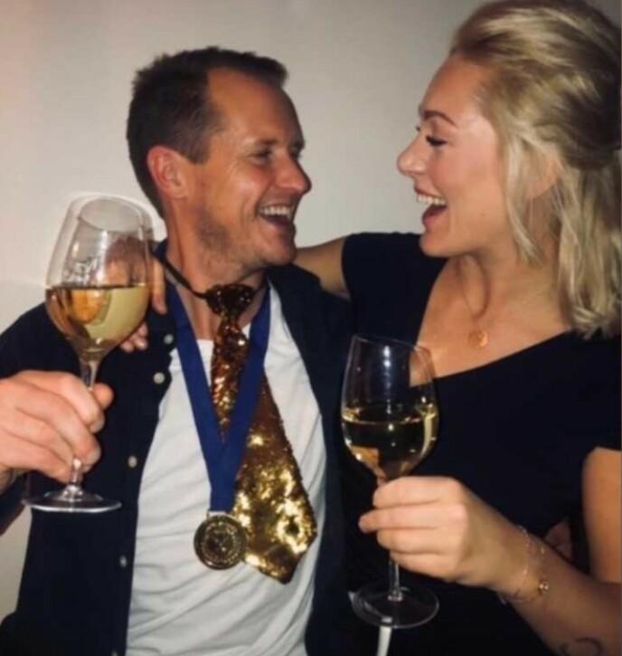 SKÅLTE PÅ FEST: Per Gunvald Haugen og Karianne Wahlstrøm har fått et godt øye til hverandre, og legger ikke skjul på at romansen kan utvikle seg til noe mer. Foto: Privat