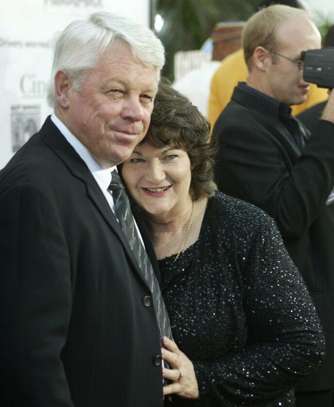 DØD: Russell Crowes far gikk bort denne uken. Her avbildet med kona, Jocelyn, under premieren av Russells film «Cinderella Man» i 2005. Foto: Fred Prouser / Reuters / NTB