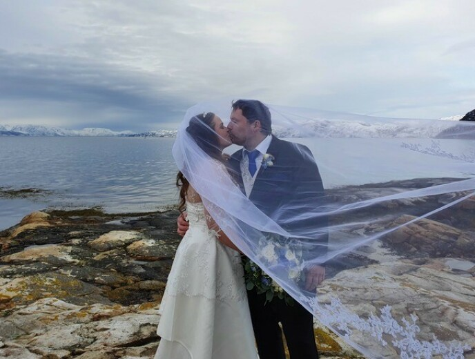 IDYLLISK: Sandøy og Pedersen giftet seg i vakre omgivelser forrige helg. Foto: Privat