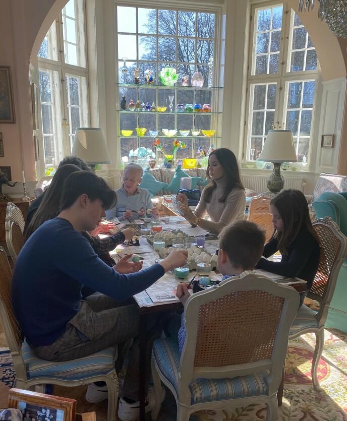 FAMILIETID: Dronningen og resten av familien så ut til å trives med påskeverkstedet. Foto: Det danske kongehuset