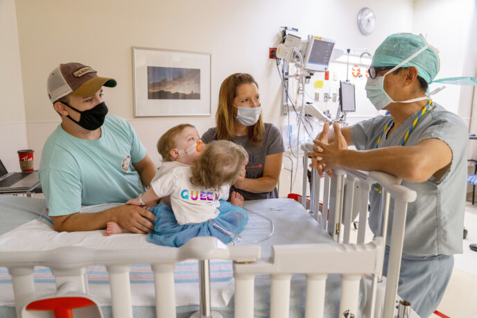 NØYE PLANLAGT: Her er den lille familien sammen med hjertespesialisten Richard Ohye ved barnesykehuset C.S. Mott i Michigan før den nervepirrende operasjonen. Foto: Joe Hallisy / NTB