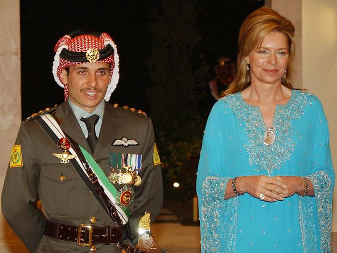 MOR OG SØNN: Prins Hamzah og mora dronning Noor i 2004. Foto: Hussein Malla / AP / NTB