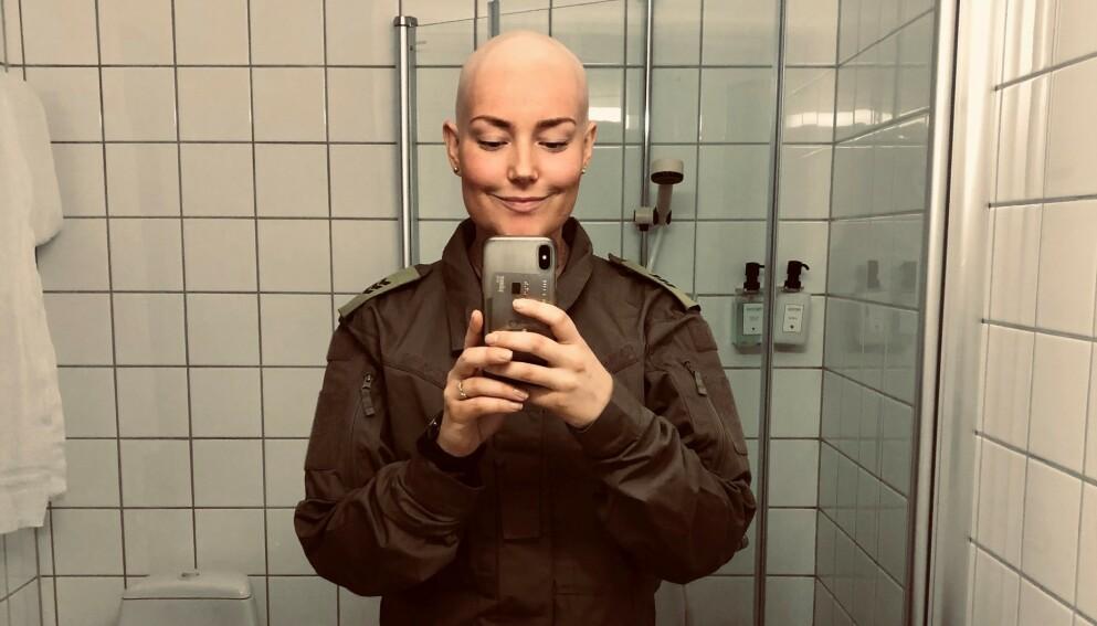 FRISKMELDT: Mari Thorsen, som funkerer som ett av befalene i «Kompani Lauritzen», hadde nettopp fullført 12 uker med cellegift da hun tok del i tv-innspillingen i Åndalsnes. Nå er hun friskmeldt. Foto: Privat