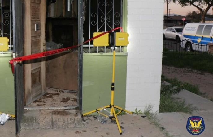 ÅSTED: Politiets sperringer ved boligen i Phoenix. Foto: Politiet