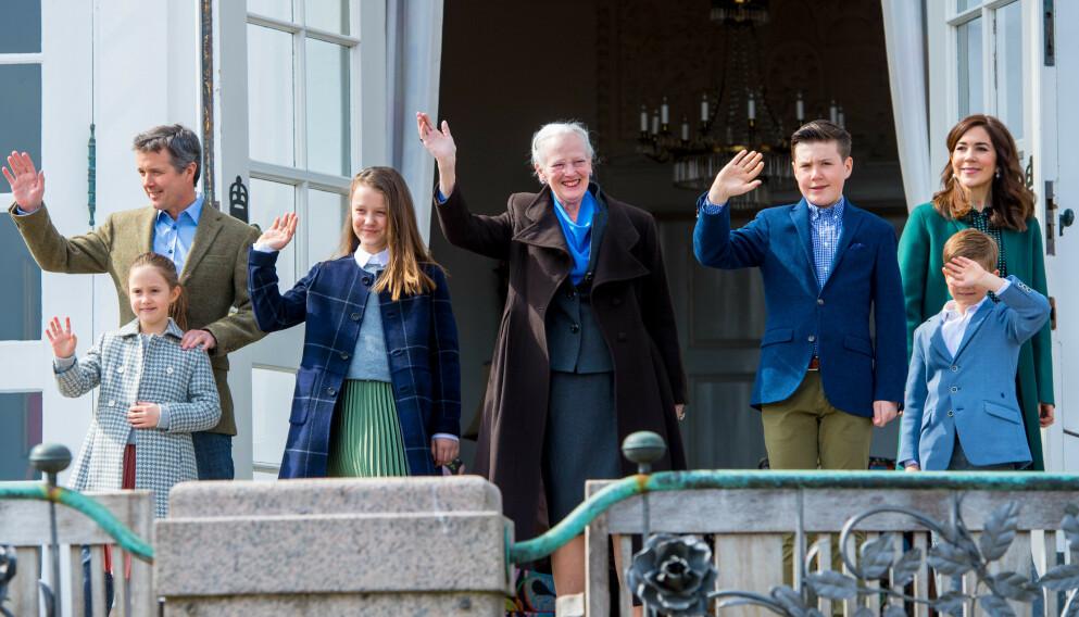 DEN DANSKE KONGEFAMILIEN: Gardister for den danske kongefamilien var ruset på jobb. Her er dronning Margrethe sammen med kronprins Frederik, kronprinsesse Mary og parets fire barn. Foto: Splash News / NTB