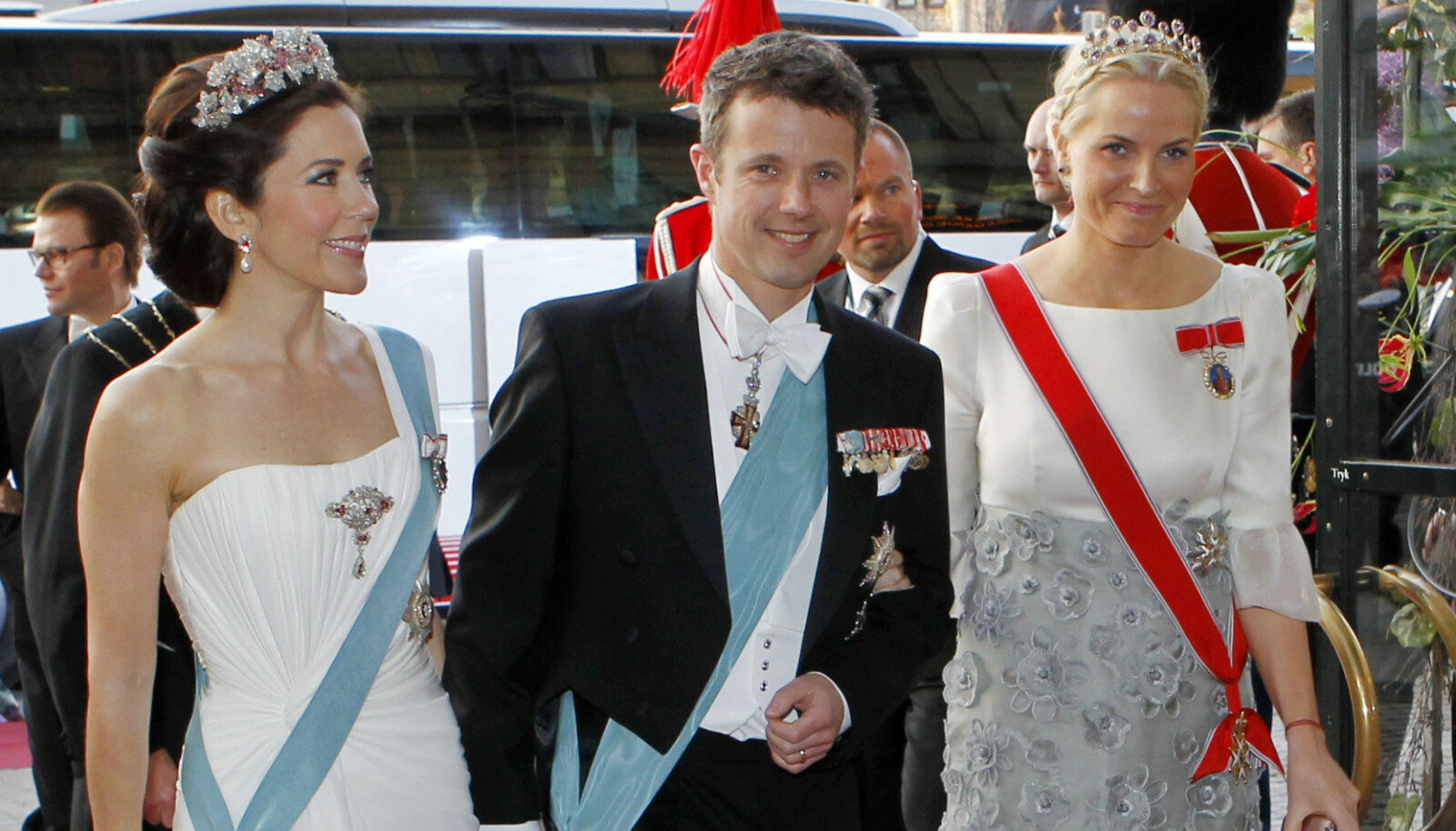 ELSKER FEIRINGER: Kronprinsesse Mette-Marit og kronprins Haakon sier sjelden nei når den kongelige storfamilie inviterer til fest i utlandet. Nå må Haakon og Mette-Marit ta en viktig beslutning. Foto: NTB.