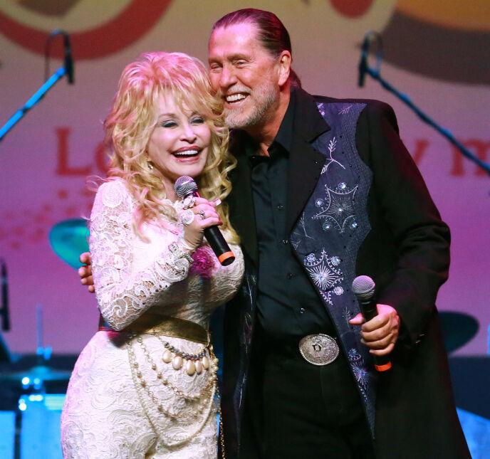 MISTET BROREN: Her er Dolly og Randon Parton på scenen i 2015. Han gikk bort i januar. Foto: Curtis Hilbun / Pa Photos / NTB