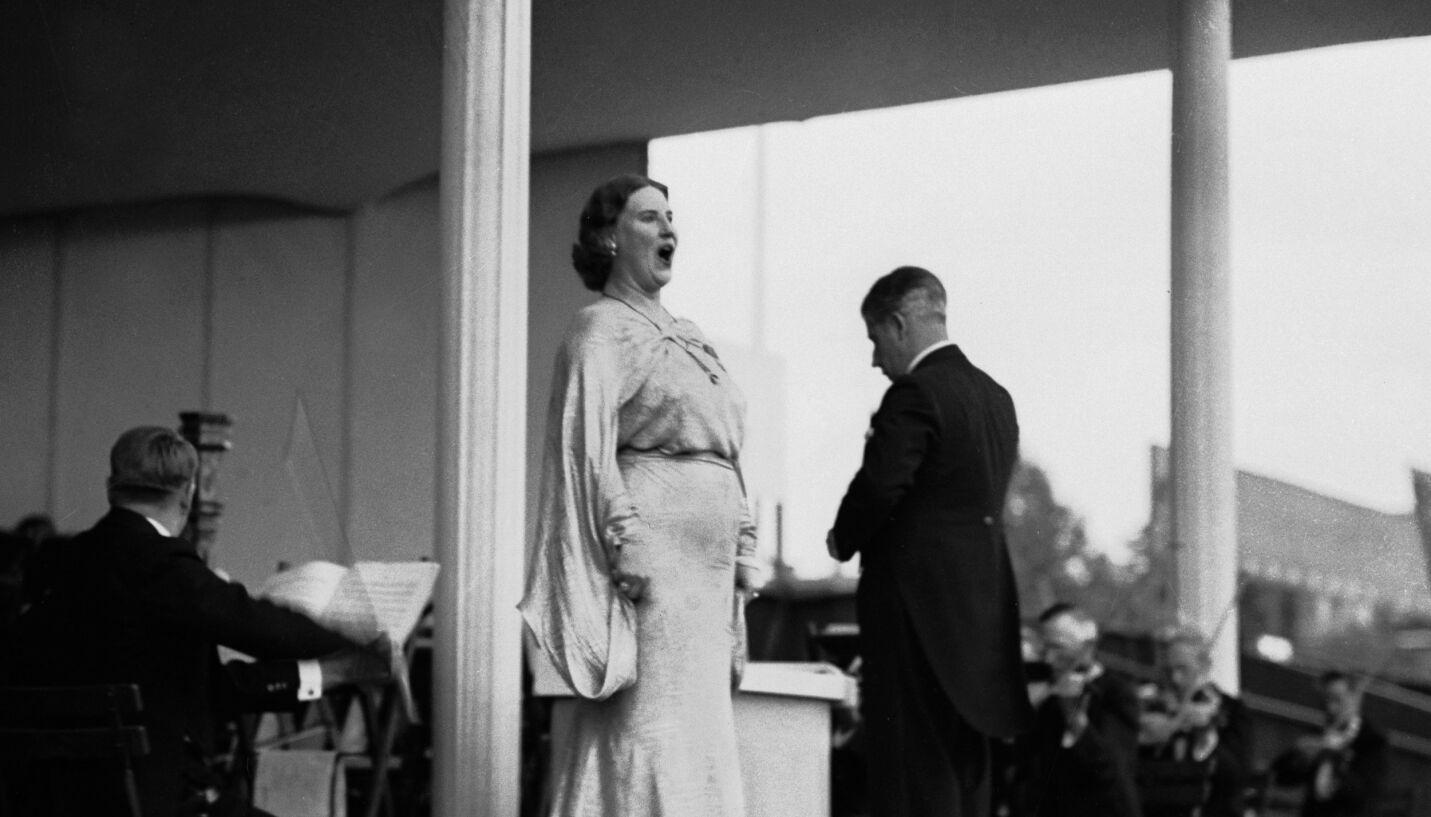 INTERNASJONAL SUPERSTJERNE: Kirsten Flagstad var en av Norges fremste sopraner, og sang verden over. Privatlivet hennes har også fått stor oppmerksomhet, kanskje særlig på grunn av hennes rolle under krigen. Her fotografert på Frogner Stadion i 1936, til fulle tribuner. Foto: NTB