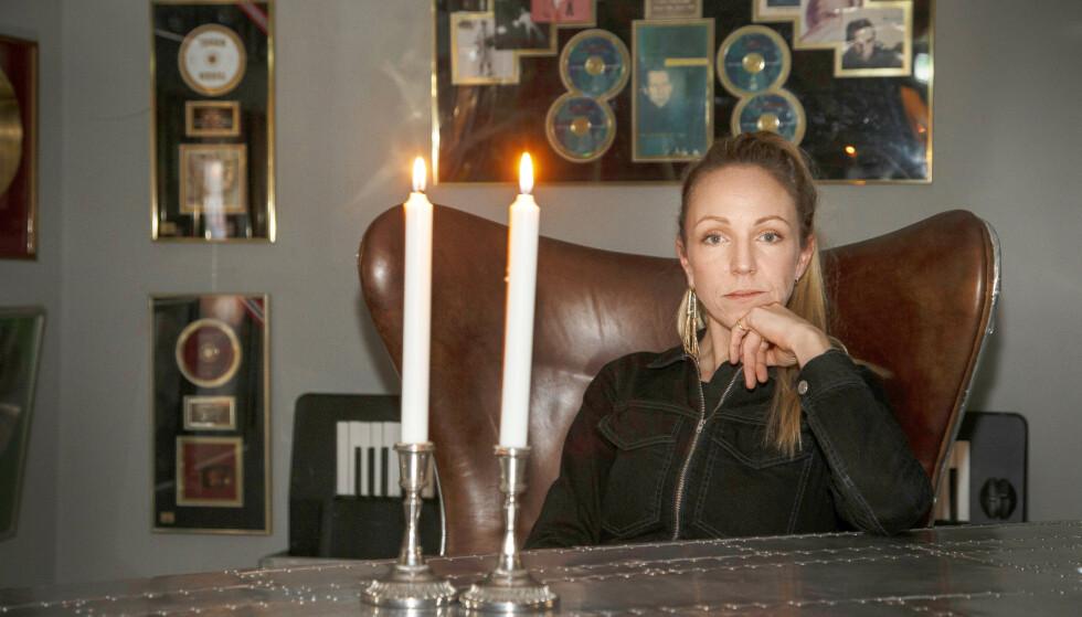 MERKER NÆRVÆRET: For Sara Skorgan Teigen er farens tilstedeværelse der fortsatt. Nesten i større grad enn mens han levde. FOTO: Tor Kvello