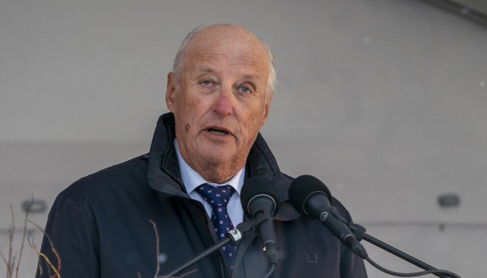 TILBAKE PÅ JOBB: Kong Harald gjenopptar sine konstitusjonelle plikter fra mandag. Foto: Heiko Junge / NTB