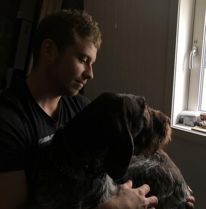BESTEVENN: Når han er på havet i uker eller måneder savner Isak hunden sin Buster (4). Foto: Privat