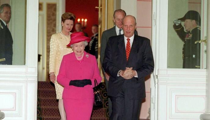 I OSLO: Dronning Elizabeth og prins Philip på besøk i Oslo i 2001. Foto: Tim Rooke/REX/NTB