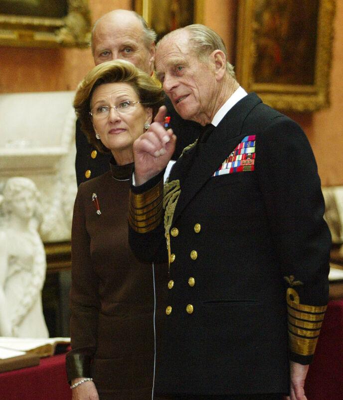 KONGELIG BESØK: Kong Harald, prins Philip og dronning Sonja avbildet sammen i The Picture Gallery i Buckingham Palace i 2005. Foto: Nina Rangøy / NTB