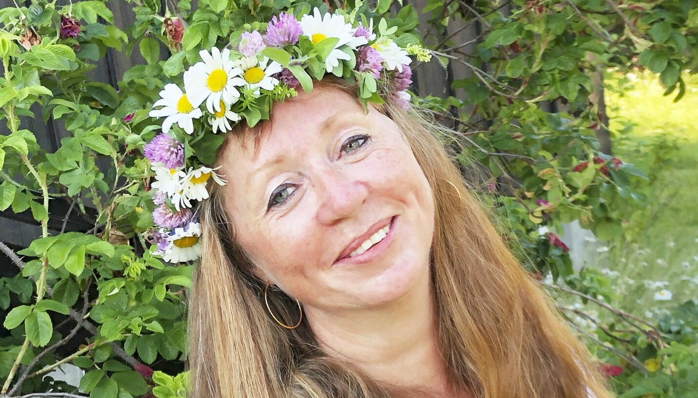 VAKSINERT: Monica Aafløy Hansen var tilhenger av vaksinering, og glad for beskyttelsen vaksiner og moderne medisiner fører til. Nå undersøker helsemyndighetene om dødsfallet hennes kan knyttes til at hun fikk AstraZeneca-vaksinen kort tid før hun døde av blodpropp. FOTO: Privat