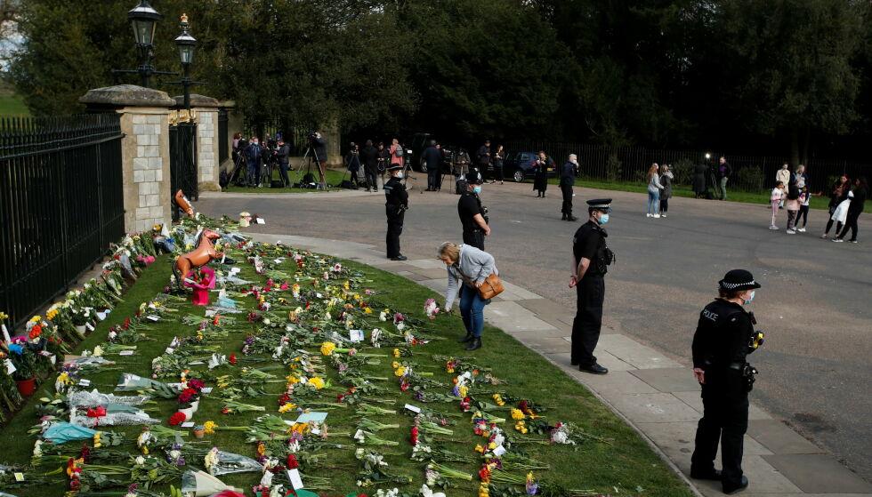 I SORG: Storbritannia er i sorg etter at nyheten om prins Philips bortgang kom. Her legger sørgende briter blomster utenfor Windsor Castle. Foto: Andrew Boyers / Reuters / NTB