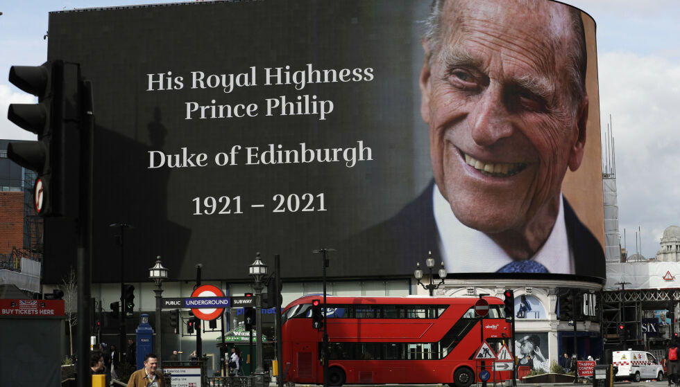 HYLLEST: På Piccadilly Circus henger denne gigantiske plakaten med bilde av den avdøde prinsen. Foto: Matt Dunham / AP Photo / NTB