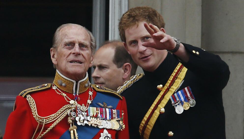 I SORG: I april døde prins Harrys bestefar, prins Philip. Her er de avbildet sammen sommeren 2014. Foto: AP Photo/Lefteris Pitarakis/NTB