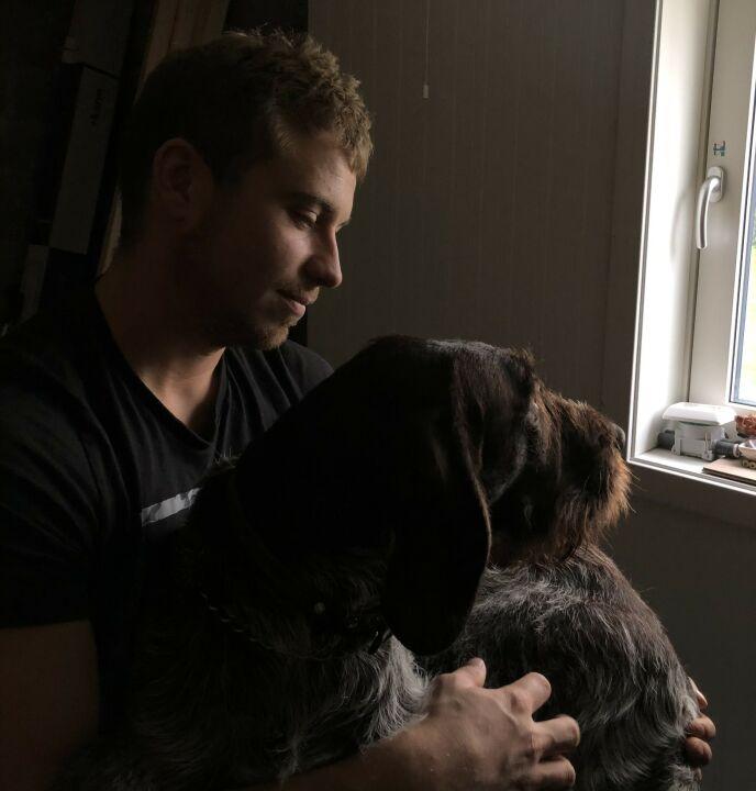 Miglior amico: quando è in mare per settimane o mesi, Isaac sente la mancanza del suo cane Buster (4).  Foto: privato.