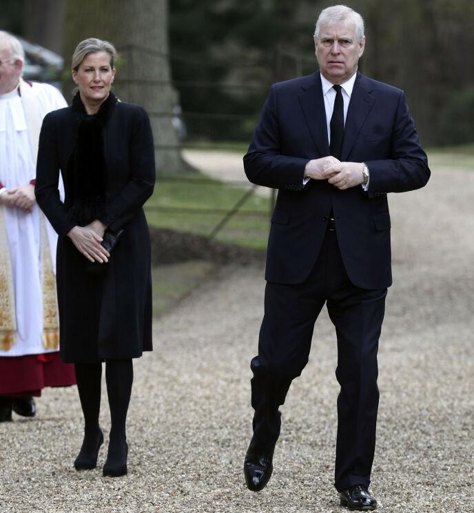 I SORG: Grevinne Sophie sammen med svigerbror prins Andrew søndag. Foto: Steve Parsons/AP/NTB
