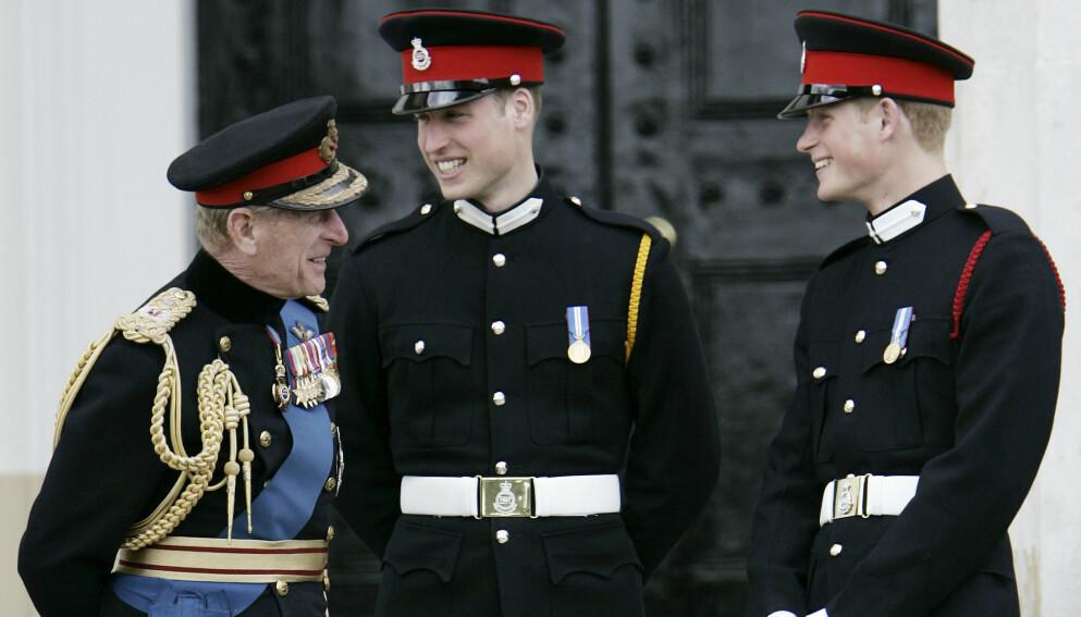 DELER MINNEORD: Prins William uttaler seg om bestefarens bortgang for første gang. Også prins Harry deler noen velvalgte ord om bestefaren sin. Her er de alle tre avbildet i 2006. Foto: Lefteris Pitarakis / AP / NTB