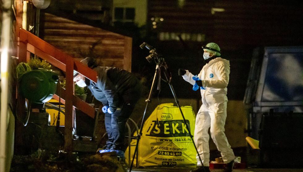 SKUTT OG DREPT: Politiets teknikere er på plass utenfor leiligheten til Tor Kjærvik etter drapet tirsdag kveld. Foto: Bjørn Langsem / Dagbladet