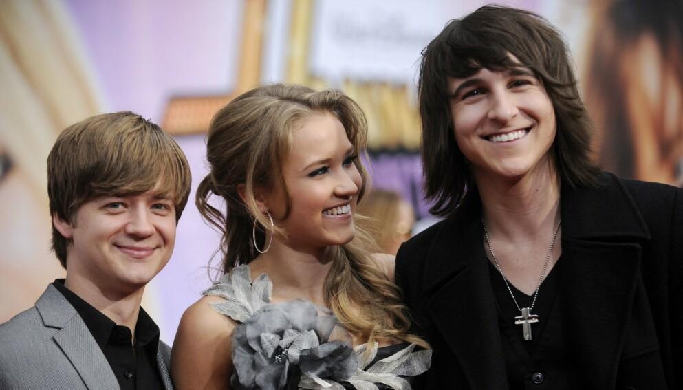 ANNERLEDES: Jason Earles, Emily Osment og Mitchell Musso er blant skuespillerne som var med i serien, men i dag ser de ganske annerledes ut. Her er de på premieren av «Hannah Montana: The Movie» i 2009. Foto: REUTERS /Phil McCarten / NTB