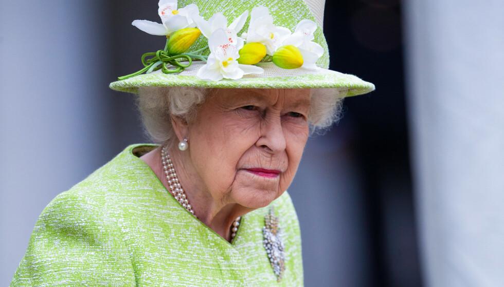 I SORG: Dronning Elizabeth mistet ektemannen fredag morgen - tirsdag jobbet hun. Bildet er fra en annen anledning. Foto: Splash News / NTB