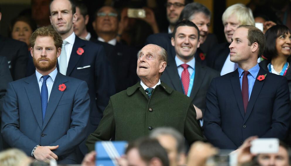 BEGRAVES LØRDAG: Prins Philips begravelse på lørdag kan bli første gang prins Harry og William møtes etter det omstridte Oprah-intervjuet i mars, ifølge The Mirror. Her er de med bestefaren i 2015. Foto: Toby Melville / Reuters / NTB