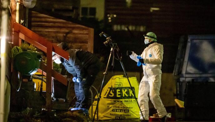 UNDERSØKELSER: Politiets teknikere var på plass utenfor leiligheten til Tor Kjærvik etter drapet. Foto: Bjørn Langsem / Dagbladet