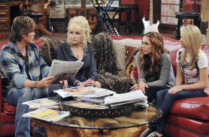 GUDMOR: Mileys gudmor, Dolly Parton, gjorde også en gjesteopptreden i serien, sammen med en rekke andre kjendiser. Foto: Disney Channel / Kobal / REX / NTB