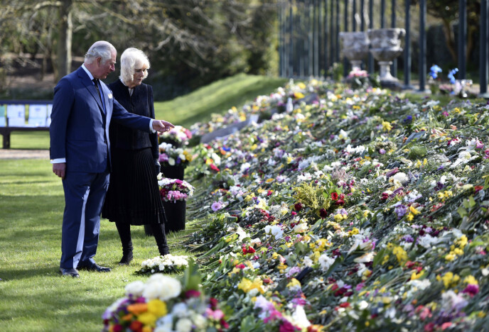 SPESIELT SYN: Charles og Camilla så på alle blomstene til ære for prins Philip. Foto: Jeremy Selwyn/AP/NTB