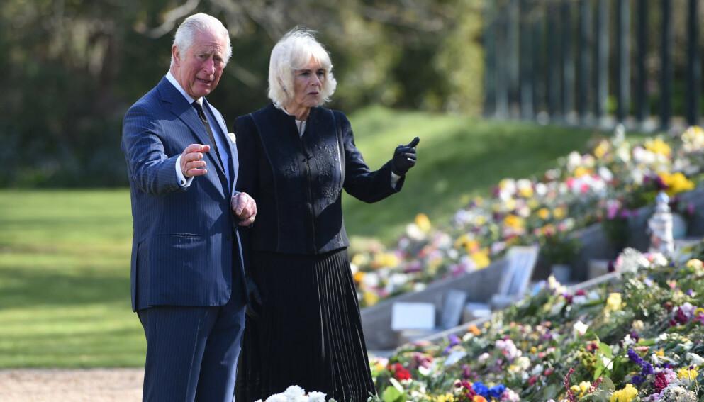VISTE SEG: To dager før prins Philips begravelse viste sønnen, prins Charles, og sistnevntes kone seg. Foto: Jeremy Selwyn / AFP / NTB