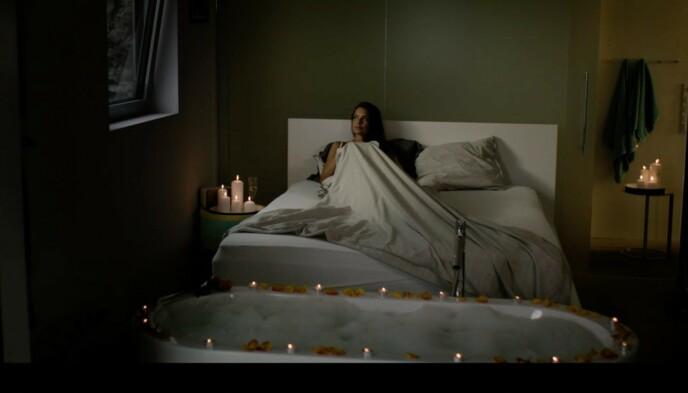 - INNSPILLING: Hermine (Agnes Kittelsen) avbildet i sengen på mastersoverommet i fritidshuset til Bjørn Kringstad. Foto: Freemantle / NRK