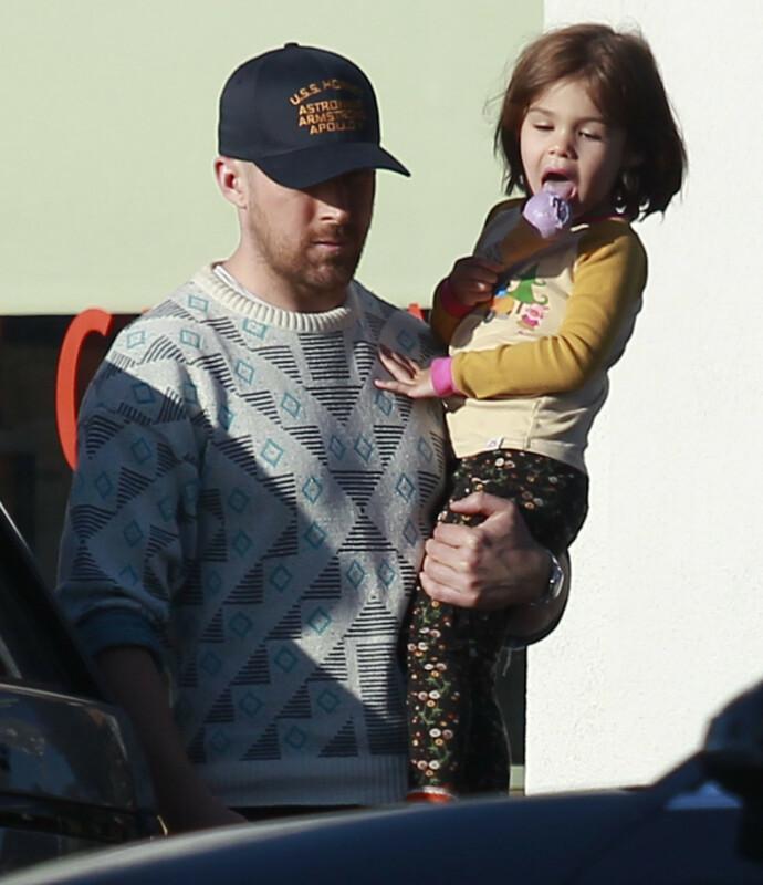 LYKKE: Ryan Gosling med datteren Esmeralda, som ble født i 2014. I tillegg har Ryan og kona Eva Mendes datteren Amada. Foto: Splash News / NTB