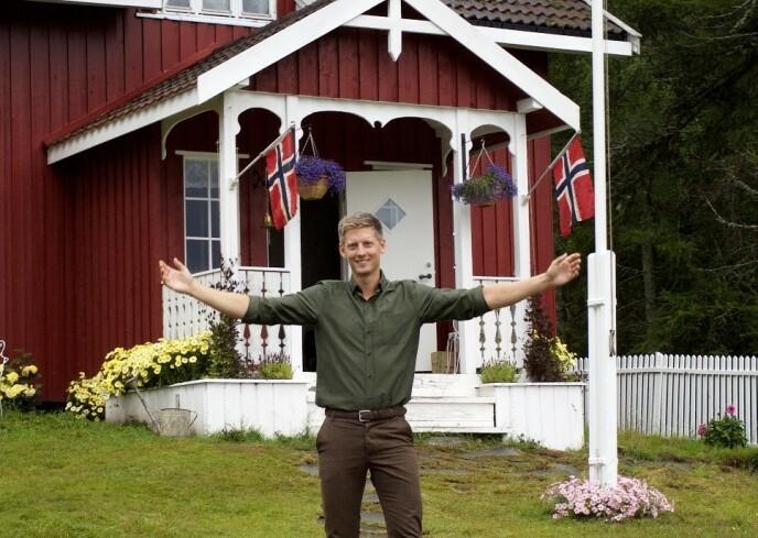 «FARMEN»-GÅRDEN: Løntjernbråten gård ble brukt som kulisser da Eilev Bjerkerud vant Farmen i 2015. Avbildet er programleder Gaute Grøtta Grav. Foto: Alex Iversen / TV 2