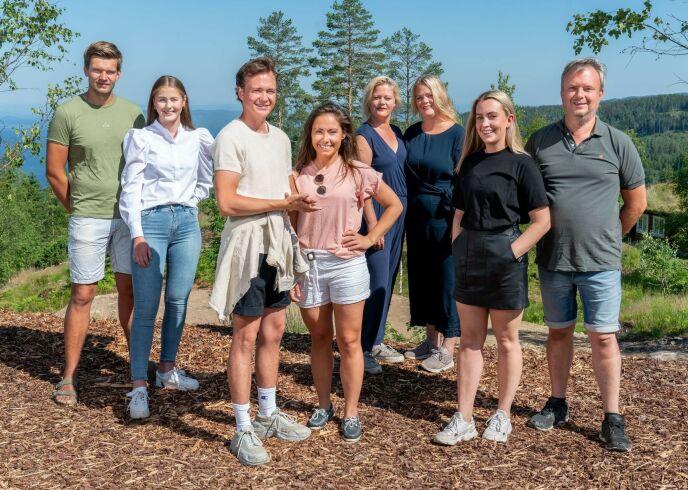 HELE HURVEN: Denne gjengen er med i årets sesong av «Sommerhytta». Foto: Espen Solli / TV 2