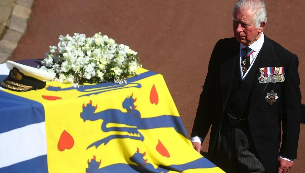 PREGET: Prins Charles ved sin fars kiste i forkant av seremonien. Foto: Hannah Mckay / AFP / NTB