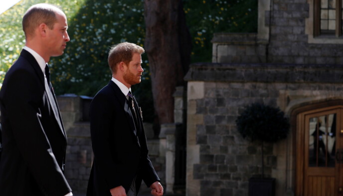 PÅ VEI INN: Prins William og Harry på vei til St. Georges kapell i forkant av seremonien. Foto: Reuters / NTB