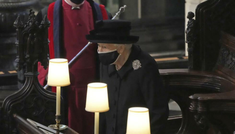 SITTER ALENE: På grunn av pandemien satt monarken for seg selv i begravelsen. Foto: Yui Mok / AP / NTB